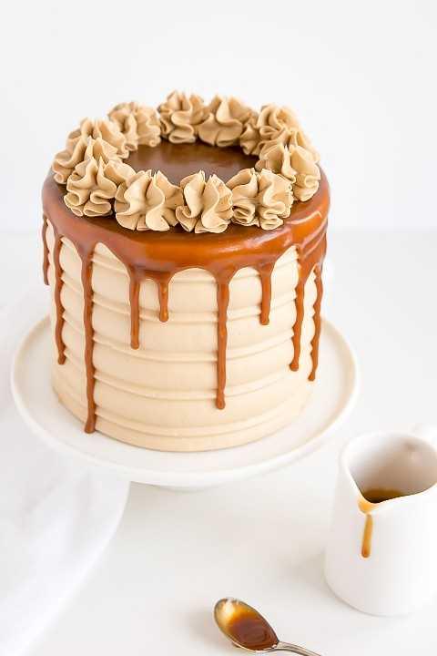 Pastel de caramelo con goteo de caramelo y rosetas en la parte superior.