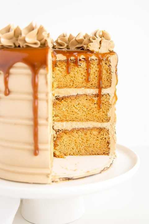 Sección transversal de un pastel de caramelo con caramelo que gotea hacia abajo.