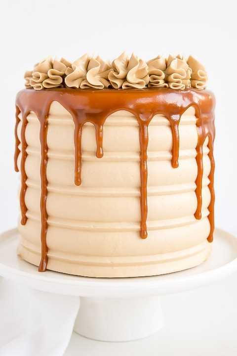 Cerca de goteo de caramelo en los lados de la torta.