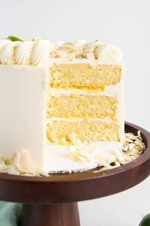 Pastel de lima de coco de tres capas con cuajada de limón casera y crema de mantequilla de coco sedosa.