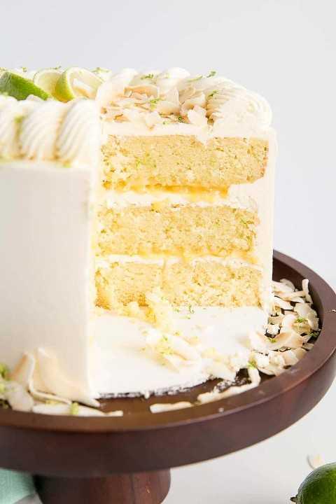 Corte transversal de un pastel de lima y coco.