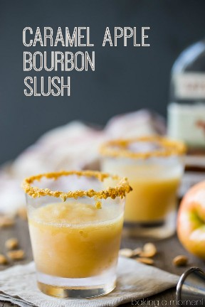 Caramel Apple Bourbon Slush: hecho con manzanas reales y sidra de manzana, caramelo mantecoso y bourbon tostado. Un perfecto sipper de otoño! # bebidas #cócteles # caída