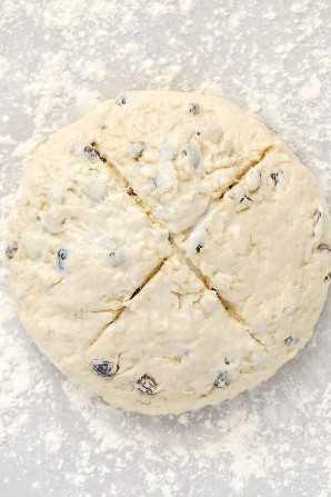 Una barra de pan de soda irlandés con una 'X' cortada en la parte superior.