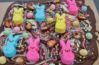 Peeps Easter Bark: una deliciosa combinación de Dark Chocolate y Classic Easter Candy, que incluye Peeps y Mini Cadbury Eggs. ¡Este es un postre de Pascua que es fácil de hacer y divertido de comer! Sus hijos reclamarán una segunda porción de este colorido regalo de Pascua. Pin este delicioso caramelo de Pascua para más tarde y síganos para obtener más ideas de comida de Pascua. #EasterCandy #Peeps #EasterDesserts #EasterTreats #EasterFood