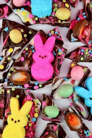 Peeps Easter Bark - Uma deliciosa combinação de chocolate amargo e doces clássicos da Páscoa, incluindo Peeps e Mini Cadbury Eggs. Esta é uma sobremesa de Páscoa fácil de fazer e divertida de comer! Seus filhos reivindicarão uma segunda porção deste presente de Páscoa colorido. Pin este delicioso doce de Páscoa para mais tarde e siga-nos para mais idéias de alimentos de Páscoa. #EasterCandy #Peeps #EasterDesserts #EasterTreats #EasterFood