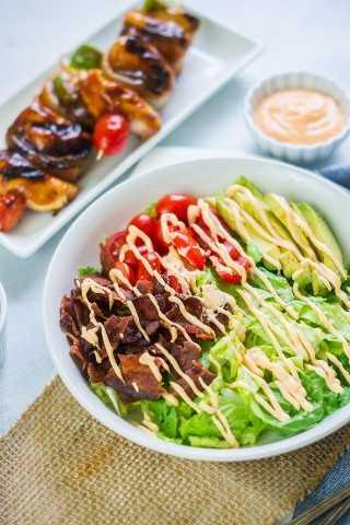 Los pinchos de pollo BBQ Sweet Honey con ensalada de aguacate BLT son una comida rápida y deliciosa que es perfecta para asar en el verano. #anuncio