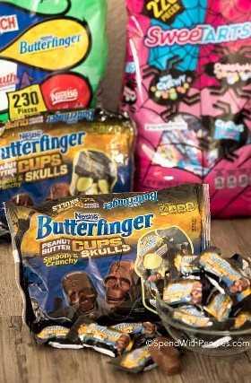 Bolsas de dulces y tazas de mantequilla de maní en forma de calaveras para Halloween