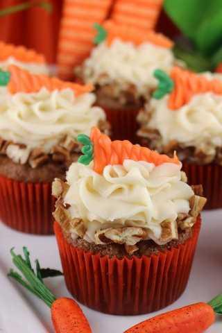 Las zanahorias y la canela se combinan en las deliciosas y deliciosas magdalenas de pastel de zanahorias cubiertas para morir por el queso crema y las nueces. ¡Delicioso!