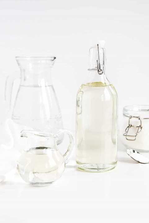 Xarope simples em uma garrafa mostrada com água e açúcar.