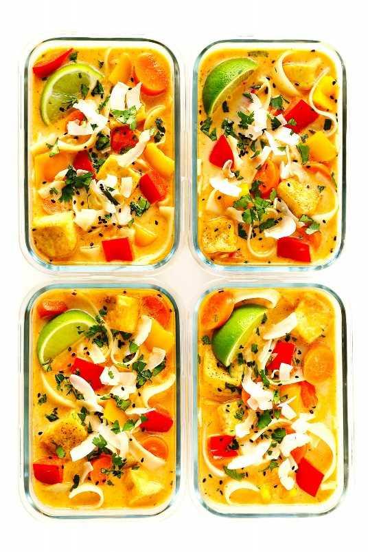 Preparación de comida de curry rojo tailandés