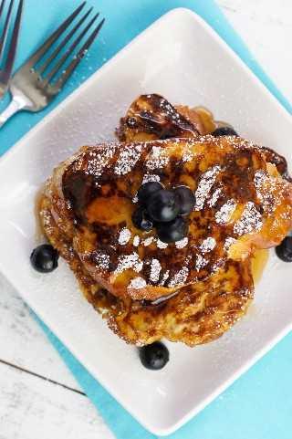 Challah French Toast ~ Esta tostada francesa clásica hecha con pan Challah, leche, huevos, canela y vainilla es la comida perfecta para disfrutar con la familia en el desayuno o brunch.