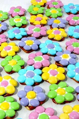Estas mordeduras de pretzel de flores de primavera son dulces, saladas, crujientes y deliciosas: un regalo fácil y divertido para la Pascua, la primavera y el Día de la Madre.