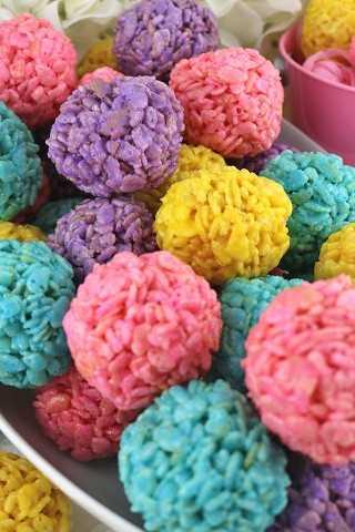 Deliciosas y deliciosas bolas crujientes de malvavisco, que son deliciosas, nuestra Celebración de Arroz Krispie Bites es una tarea fácil de hacer en Pascua. Día de la madre o postre de primavera.