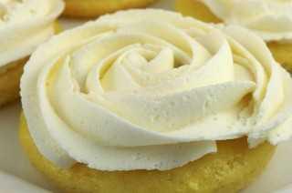 Las mini tortas de limón con glaseado de crema de mantequilla de limón son una versión única de una magdalena clásica y están llenas de delicioso sabor a limón. Cuando necesitas algo un poco más sofisticado que una magdalena, estos Lemon Mini Cakes son una excelente opción. El mismo gran sabor en un hermoso paquete de limón. Pin esta receta de magdalenas deliciosas para más tarde y síganos para obtener más ideas de postres de limón. #LemonCupcakes #MiniCakes #Lemon #LemonDesserts #FrostedDesserts #LemonFrosting #Cupcakes #EasyDesserts