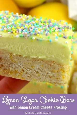 Un toque divertido en una galleta de azúcar helada, estas barras de galleta de azúcar y limón son deliciosas, fáciles de hacer y están llenas de sabor a limón. Cubierto con nuestro delicioso queso crema de limón, estas galletas de barra son una excelente idea para el postre familiar. Pin esta receta de galletas deliciosas para más adelante y síganos para obtener más ideas de galletas. #SugarCookies #SugarCookieBars #Lemon #LemonDesserts #FrostedCookies #BarCookies #EasyDesserts
