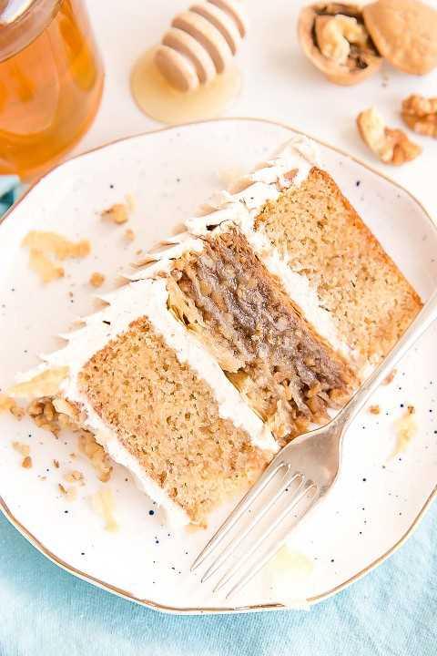 Uma fatia de bolo baklava em um prato