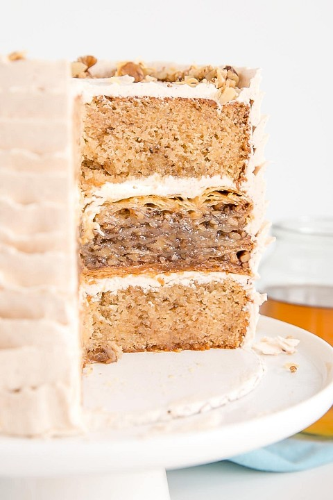 Foto interna de um bolo de baklava com camadas de bolo de noz de mel.