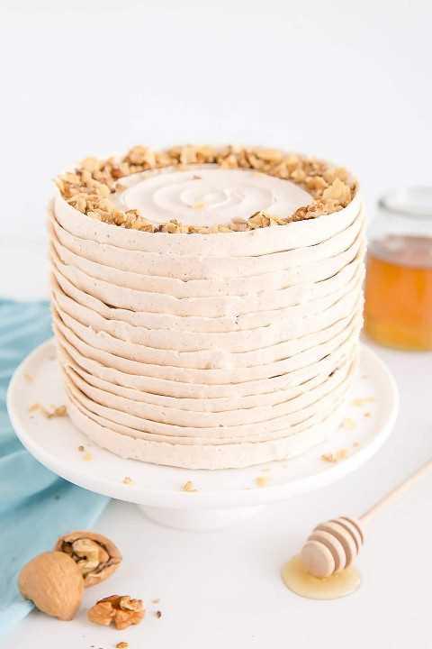 Bolo de baklava com camadas de mel, cobertura de canela e polvilhado com nozes picadas e borda assada.