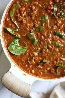 Turkey Pumpkin Chili es el plato perfecto para el otoño, hecho con pavo molido, tomates, calabaza enlatada, frijoles blancos y espinacas.
