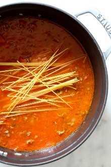 ¡Esta salsa de espagueti y carne FÁCIL se cocina en una olla! La salsa de carne se hace desde cero en la estufa y se cocina con los espaguetis al mismo tiempo. No hay ollas extra para lavar, rápido y delicioso!