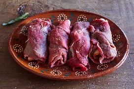 Rollos de carne de res sazonados crudos