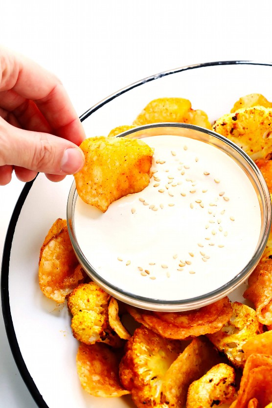 Molho de tahine de 5 minutos com couve-flor assada e batatas fritas
