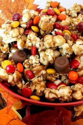 Colheita de caramelo de milho é uma grande sobremesa de outono ou de ação de graças que inclui pipoca salgada, caramelo cremoso e chocolate doce. Muito delicioso e fácil de fazer!