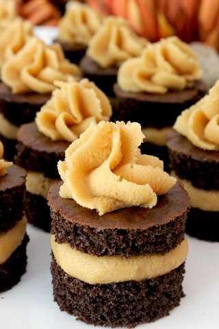 Trozos de pastel de chocolate con glaseado de mantequilla de maní: una toma única de una magdalena tradicional, este divertido postre le recordará a una taza de mantequilla de maní de Reese.