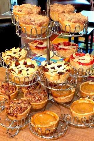 Revisa nuestra receta y las instrucciones paso a paso para hacer estas deliciosas tartas con base de tarta, lima de tarta y moldes para muffins, ¡perfecto para el Día de Acción de Gracias!