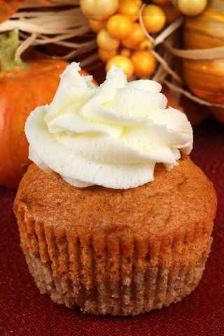 Cupcakes de torta de abóbora são super saborosos e muito fáceis de fazer. Um toque único em um clássico: torta de abóbora e chantilly com uma deliciosa crosta de manteiga.