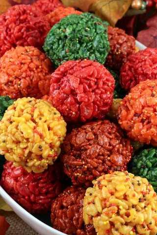 Os morangos de arroz Krispie da Fall Harvest são deliciosas bolas de marshmallow crocantes e crocantes, feitas com lindas cores de outono.