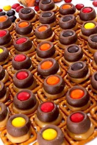 Solo necesitas cuatro ingredientes y muy poco tiempo para hacer estos bocados de pretzel de caramelo de acción de gracias que serán un éxito en tu próxima fiesta.