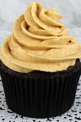 O melhor sorvete de abóbora com especiarias é doce, cremoso, abóbora, picante e delicioso - uma ótima opção de bolo ou cupcake de outono!