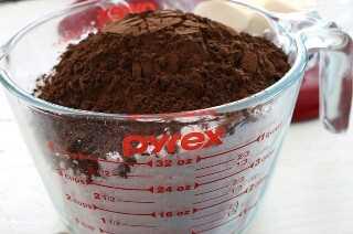 Agregue el polvo de cacao al azúcar en polvo