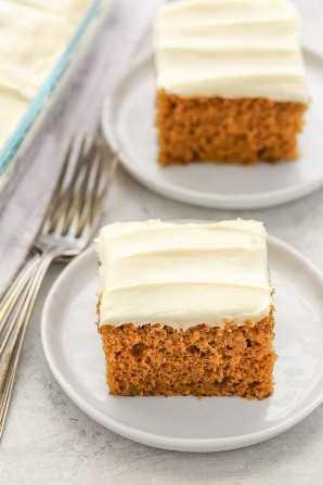 Esta torta de calabaza es fácil de hacer, suave, súper húmeda y rematada con un glaseado casero fácil de queso crema. ¡El postre perfecto para el otoño!