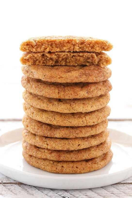 Estos Snickerdoodles de calabaza son súper blandos y blandos (¡no cakey!), Hechos con calabaza real y cubiertos de canela y azúcar. Una receta de galletas perfecta para el otoño!