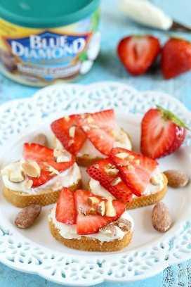 ¡Estos Crostini de fresas, almendras y miel de cabra son muy fáciles de hacer y perfectos para el verano!