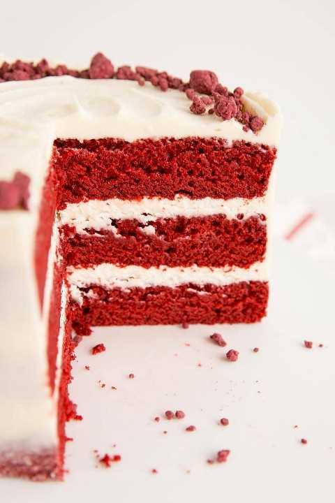 Cerca del interior de un pastel de terciopelo rojo.