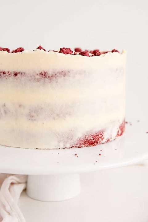 De cerca la imagen lateral de un pastel de terciopelo rojo desnudo.
