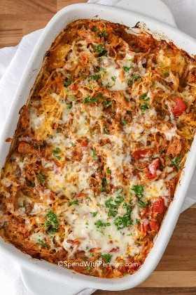 Cazuela de espagueti con queso y cocida en el horno