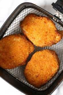 ¡Estas chuletas de cerdo empanadas sin hueso crujientes salen húmedas por dentro y crujientes por fuera! Hecha en la freidora por lo que tardan solo 12 minutos en cocinar.