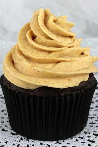 El mejor helado de crema de calabaza con especias es dulce, cremoso, de calabaza, picante y delicioso, ¡una gran elección de pastel de otoño o pastelito!