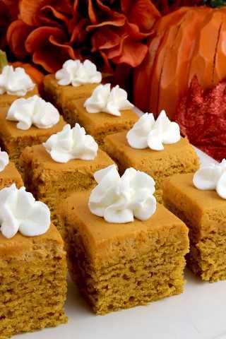 Bocados de pastel de especias de calabaza: el pastel de calabaza y el glaseado de crema batida con especias de calabaza delicioso se combinan en una toma única en un cupcake de otoño o de acción de gracias.