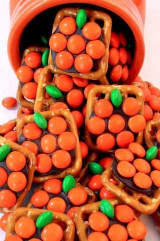 Calabaza Pretzel Bites - dulce, salado y delicioso. Un postre fácil de Halloween, dulce caída o postre de Acción de Gracias, y tenemos todas las instrucciones aquí.
