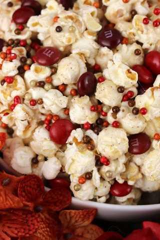 Palomitas de calabaza con especias: palomitas de maíz dulces y saladas cubiertas de melcocha con sabor a calabaza. ¡Tan fácil de hacer y tan delicioso para comer!