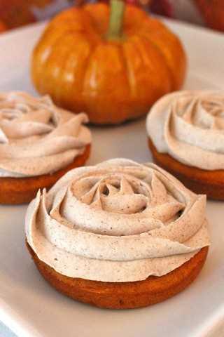 Mini Tortas de calabaza: una toma única de cupcakes con un delicioso pastel de calabaza y un delicioso glaseado de canela con crema de mantequilla. Un gran regalo para cualquier vacaciones de otoño.