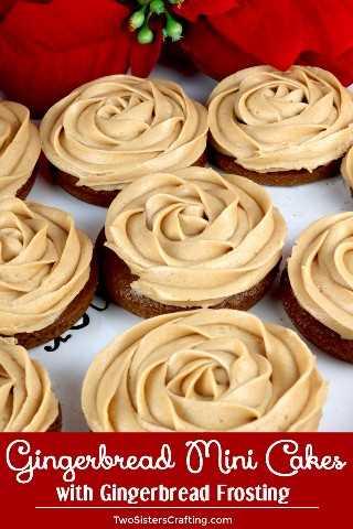 Mini tortas de pan de jengibre: sorprenda a sus invitados con una versión única de pastelitos que incluyen pastel de pan de jengibre casero y glaseado de pan de jengibre. Fácil y delicioso! Cuando necesitas algo un poco más sofisticado que una magdalena, estos mini pasteles de pan de jengibre son una excelente opción. El mismo gran sabor de la receta de la magdalena en un hermoso paquete de vacaciones. Pin esta deliciosa Idea de Postre Navideño para más adelante y síganos para obtener más Ideas de Dulces Navideños. #ChristmasCake #ChristmasDesserts #ChristmasTreats #Gingerbread