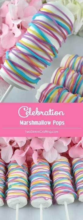 Celebration Marshmallow Pops: un divertido postre de Pascua que le encantará a tu familia. Fáciles de preparar y súper deliciosos, estos Marshmallow Pops cubiertos de chocolate blanco serían un excelente regalo de primavera para la celebración de Pascua de este año, el Día de la Madre o el Brunch de primavera. Coloca este delicioso dulce de Pascua para más tarde y síguenos para obtener más excelentes ideas de comida de Pascua. #EasterDesserts #EasterTreats #Marshmallows #SpringTreats