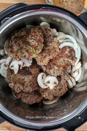 Empanadas de carne, cebollas y champiñones en capas en una olla instantánea para el bistec instantáneo Salisbury.