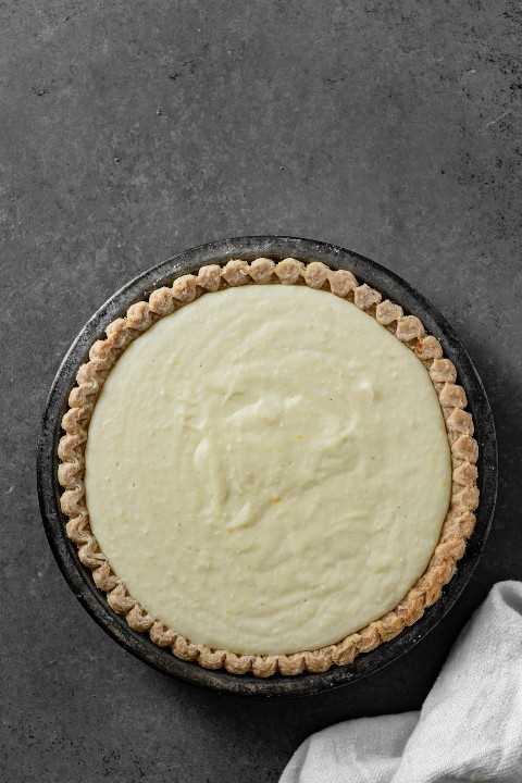 Mostrando pastel de crema de coco rellenando una masa de pastel horneada.